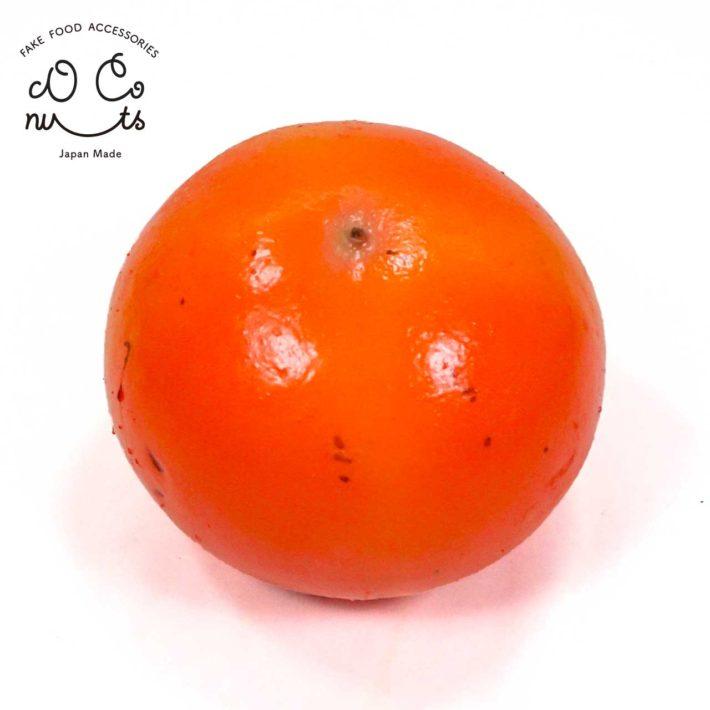 ディスプレイ用の柿の食品サンプルです。 小さめの柿をリアルサイズで再現しました。 細部まで本物そっくりです。しかも裏側もしっかり再現されているので、どの向きで飾ることができます。